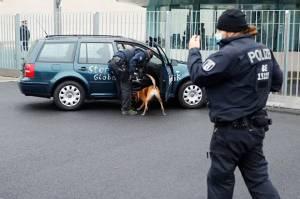 Mobil Penuh Coretan Tabrak Gerbang Kantor Kanselir Jerman