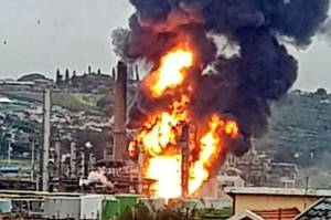 Dahsyatnya Ledakan Kilang Minyak di Afsel: Bangunan Bergetar, Langit Dipenuhi Bola Api