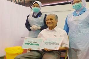 Jalani Vaksinasi Covid-19, Mahathir Jadi Penerima Vaksin Tertua di Malaysia