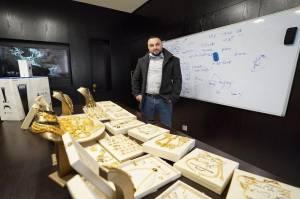 Bos Ini Beri Bonus Perhiasan Emas kepada Para Karyawannya