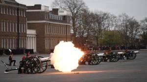 Dengan Tembakan Meriam dan Bunga, Inggris Hormati Pangeran Philip