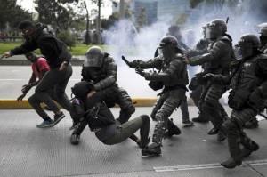 Kolombia diguncang aksi protes selama tujuh hari berturut saat kelompok internasional dan selebriti mulai memberikan perhatian atas aksi kekerasan yang menewaskan 24 orang.