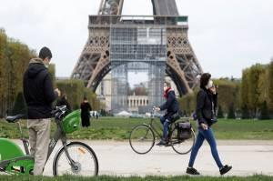Prancis Tak Lagi Wajibkan Masker, Cabut Jam Malam