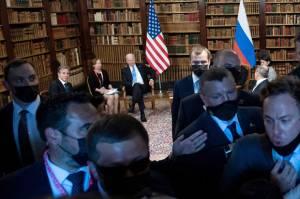 Keributan Wartawan dengan Keamanan Warnai Pertemuan Biden-Putin