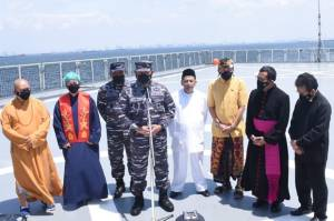 Di Atas KRI Semarang-594, KSAL Pimpin Doa Bersama Lintas Agama