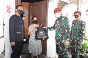 Kopassus Bagikan 1.050 Paket Sembako untuk Warga Kurang Mampu