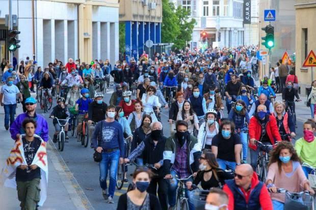 Ribuan Pesepeda Protes Pembatasan Virus Corona oleh Pemerintah Slovenia