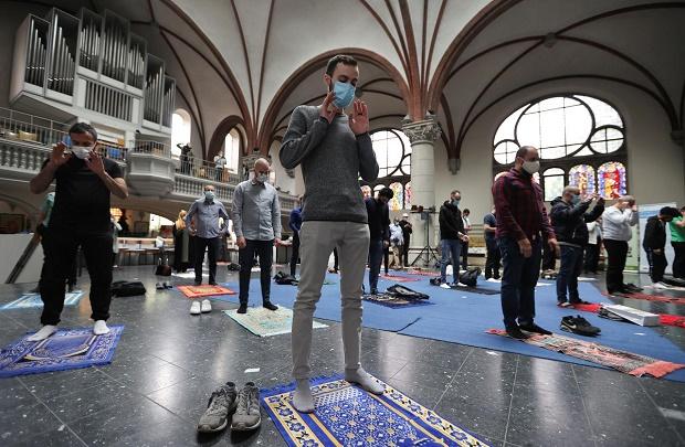 Muslim Salat Jumat di Gereja Berlin Agar Sesuai Aturan Jarak Sosial