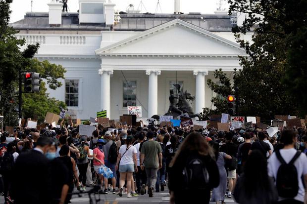 Abaikan Jam Malam, Demonstran Bertahan di Gedung Putih