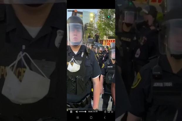 Demonstran Nakal AS Tawarkan Seks pada Polisi yang Bersedia Mundur