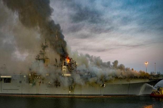 Hari Ke-4 Kebakaran Kapal Perang AS, Panasnya 538 Derajat Celsius