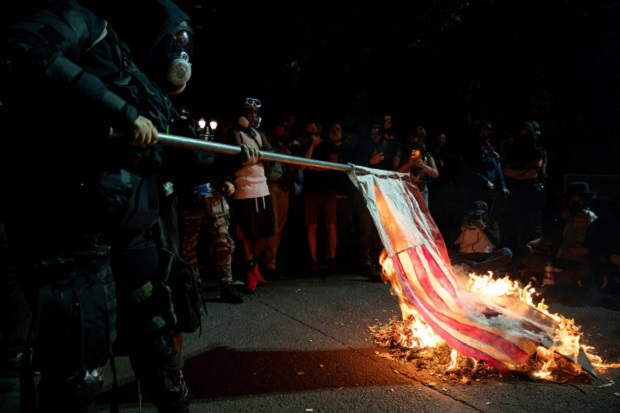 Demonstran Amerika Bakar Alkitab dan Bendera AS di Portland