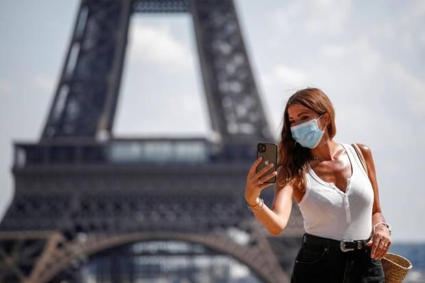 Sejumlah Turis Bingung dengan Aturan Pemakaian Masker di Paris