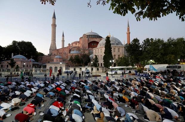 Salat Jamaah di Hagia Sophia Picu Kasus Baru Covid-19 Turki