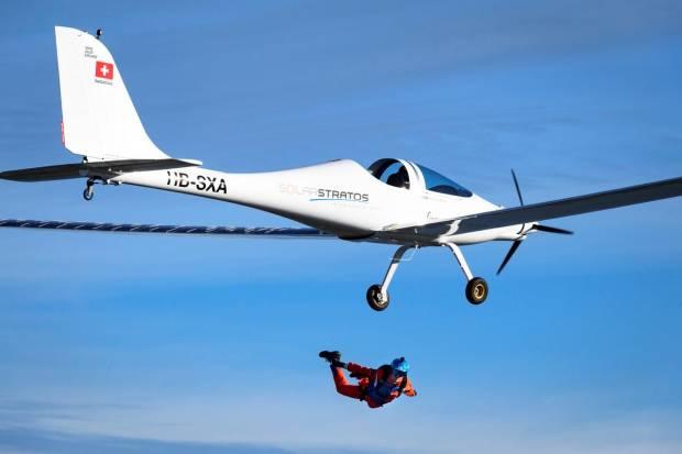 Pertama di Dunia, Penerjun Payung Lompat dari Pesawat Tenaga Surya