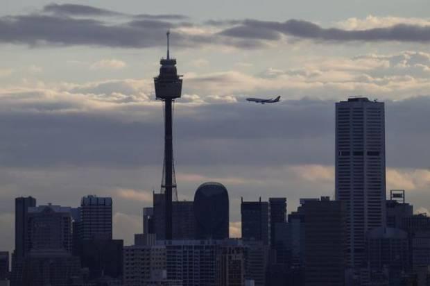 Tren Aneh Muncul, Pesawat Terbang dan Mendarat di Bandara yang Sama