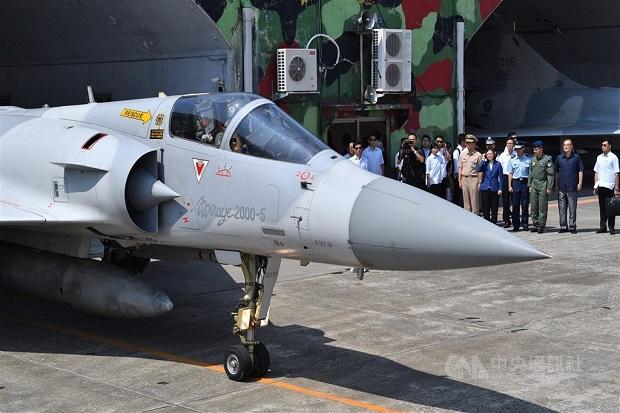 Dua hari berturut-turut, belasan pesawat militer China bermanuver di dekat Taiwan.