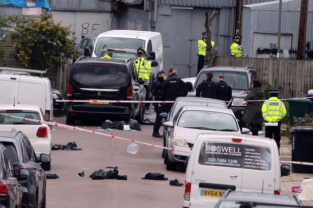 Horor, Belasan Polisi Inggris Terluka Diserang dengan Zat Asam