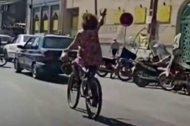 Video Bersepeda Tanpa Jilbabnya Viral, Perempuan Iran Ditangkap