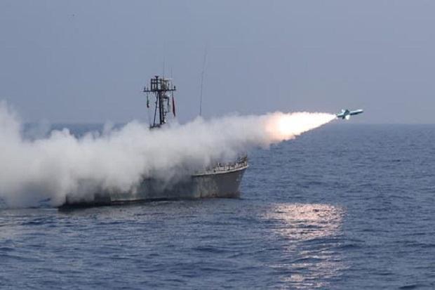 Simulasi Serang Musuh, Iran Tembakkan Rudal yang Berlimpah