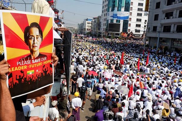 Demonstran Makin Berani, Mogok Kerja Lumpuhkan Myanmar