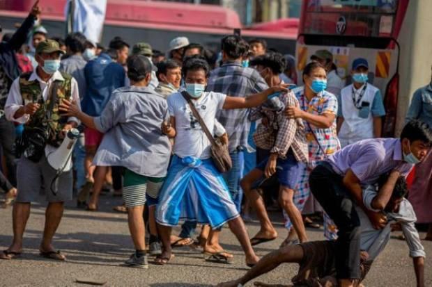 Pendukung Kudeta Militer Myanmar Mengamuk, Serang Penentang di Yangon