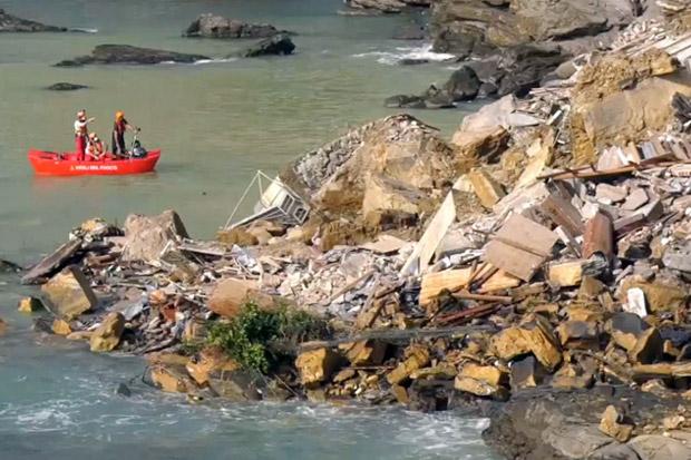 Pemakaman di Tebing Pantai Longsor, Ratusan Peti Mati Jatuh ke Laut