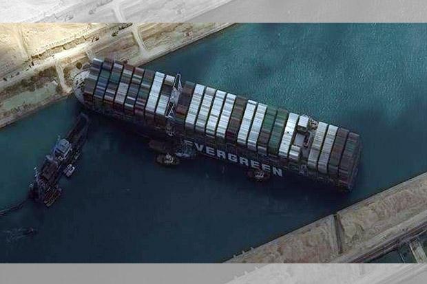 Militer AS Tawarkan Bantuan Bebaskan Kapal Kandas di Terusan Suez
