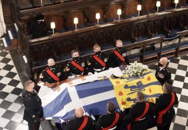 Ratu Elizabeth II Duduk Sendirian di Dekat Altar P