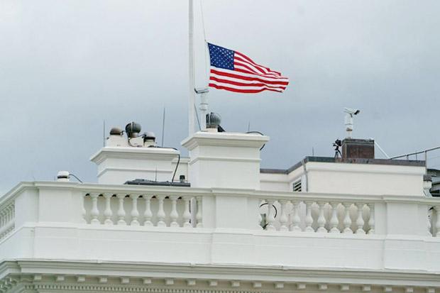 Berduka, Biden PerintahkanPengibaran Bendera Setengah Tiang