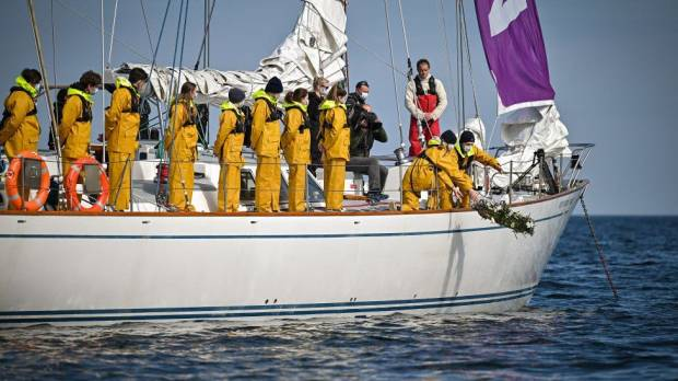 Murid-murid di Sekolah Pangeran Philip Larung Karangan Bunga di Laut