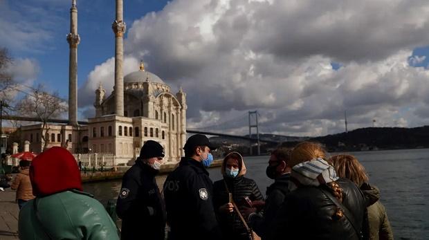 Polisi Turki Usir Para Pengikut Alparslan Kuytul dari Tiga Masjid