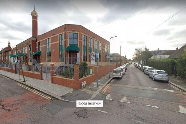 Serangan Rasis, Para Jamaah Masjid di London Dilempari Batu dan Telur