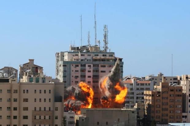 Israel Tuduh Hamas Ganggu Sinyal Iron Dome dari Gedung Media yang Dibom