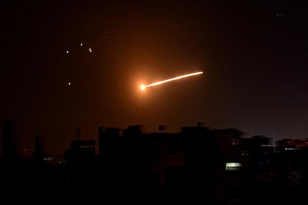 Sistem Rudal Suriah Tembak Jatuh Rudal-rudal Israel di Langit Damaskus