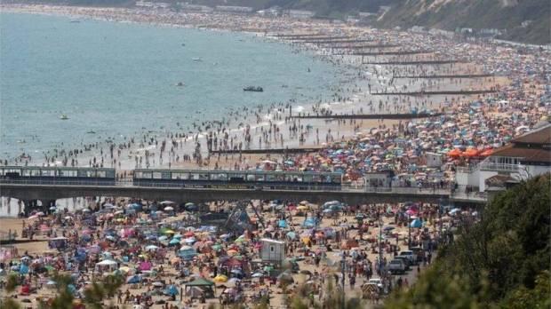 Gadis 15 Tahun Diperkosa di Laut, di Depan Ratusan Pengunjung Pantai yang Tak Sadar