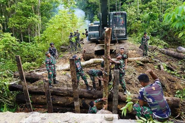 TNI-Polri Bangun Kembali Jembatan Penghubung di Papua Barat yang Dihancurkan KNPB