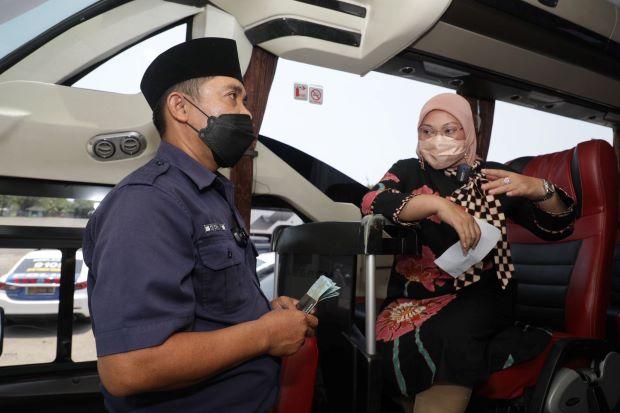 Menaker Ida Tinjau Aktivasi Rekening Pekerja Penerima BSU pada Sektor Jasa Transportasi