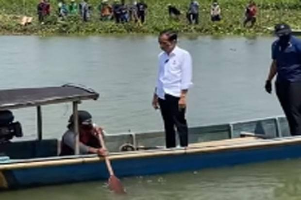 Presiden Jokowi Naik Perahu Kayu Seberangi Sungai di Cilacap
