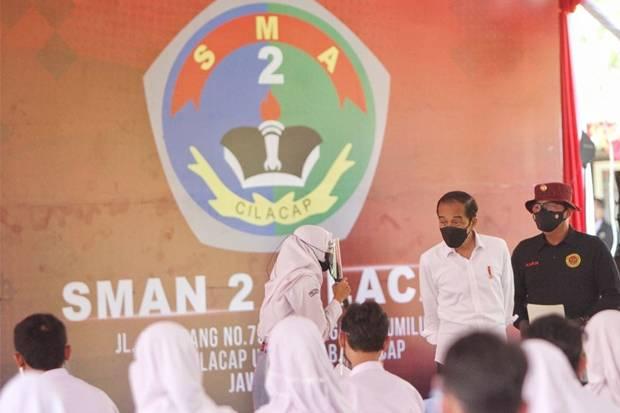 Tinjau Vaksinasi BIN di Cilacap, Jokowi Titip Pesan ke Siswa dan Santri