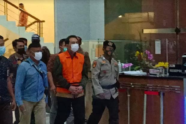 Azis Syamsuddin Kenakan Rompi Oranye dan Diborgol Usai Diperiksa 4 Jam