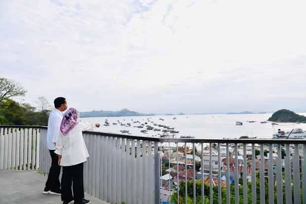 Jokowi dan Iriana Nikmati Senja dari Tempat Terbaik di Labuan Bajo